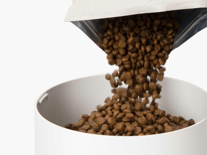 Large reservoir can hold ± 1,2kg 42oz of dry cat food